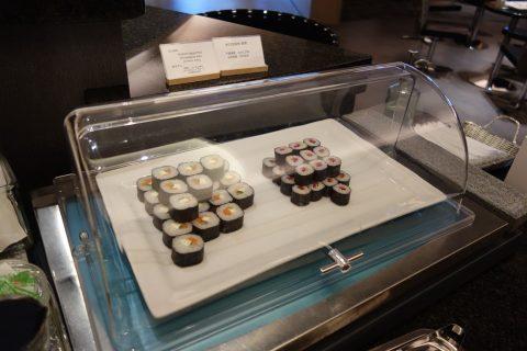 成田空港アメリカン航空ラウンジの巻き寿司