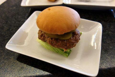 成田空港アメリカン航空ラウンジのハンバーガー