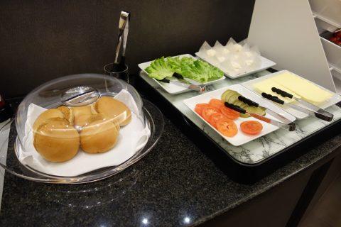 成田空港アメリカン航空ラウンジのハンバーガー作り