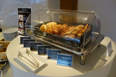 JAL成田空港サテライトサクララウンジのパン