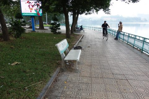 ベトナム・ハノイの湖の畔のベンチ