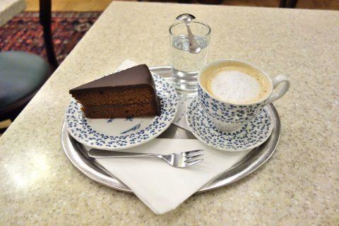 L-Heiner-Karntnerstrasseミルクコーヒーとザッハートルテ