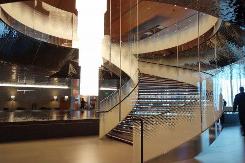 al-mourjan-business-loungeレストランへの螺旋階段