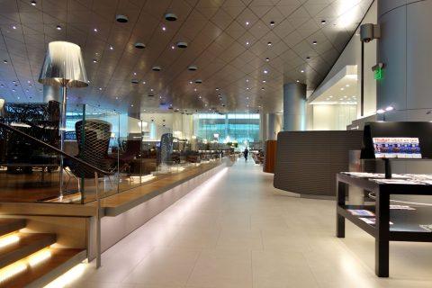 al-mourjan-business-loungeの高い天井と長い通路