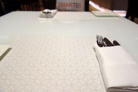 al-mourjan-business-loungeテーブルのナイフとフォーク
