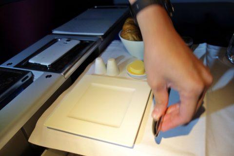 qatarairwaysビジネスクラスのナイフの置き方