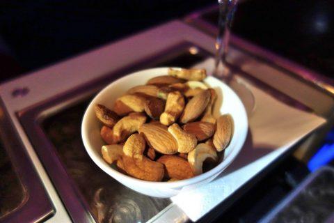 カタール航空ビジネスクラスB777ー200のナッツ