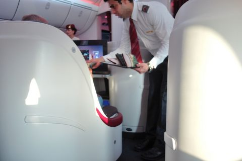 qatarairways-787-8-businessclassでCAの挨拶