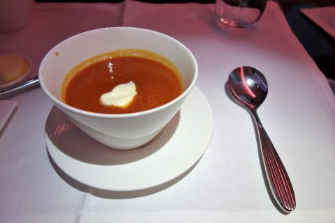 カタール航空ビジネスクラス機内食のローストトマトスープ