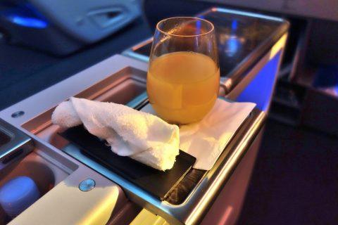 カタール航空b777-200ビジネスクラスのウェルカムドリンク