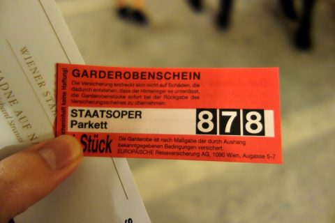 ウィーン国立オペラ座クロークの引き換え