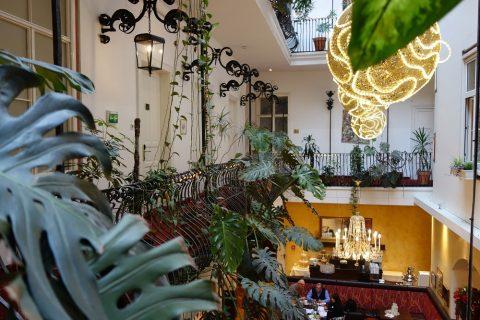 Erzherzog-Johann-Palais-Hotelの吹き抜けのカフェ