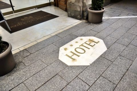 Erzherzog-Johann-Palais-Hotel前の床