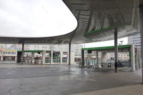 グラーツ中央駅のトラム乗り場へのエスカレーター