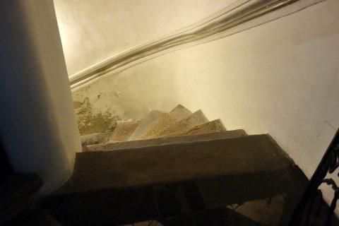 mausoleum-graz下の階へ続く階段