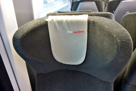 railjetの2等車のヘッドレスト