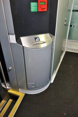 railjetの2等車のデッキのゴミ箱
