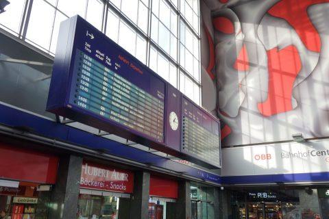 グラーツ中央駅の電光掲示板