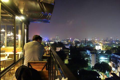 AUTHENTIC-HANOI-HOTELのテラス席