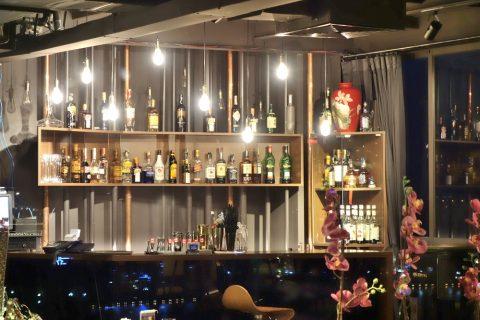 AUTHENTIC-HANOI-HOTELのBarのウイスキー