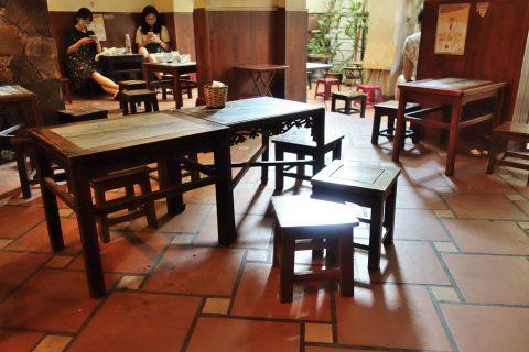 ハノイのカフェの椅子とテーブル