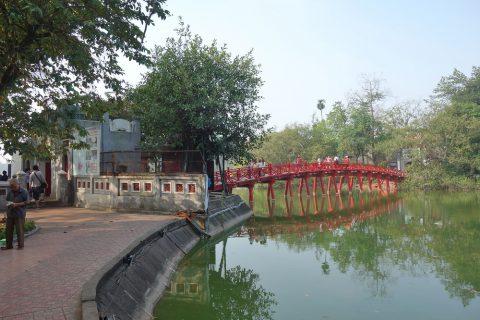 ホアンキエム湖の橋