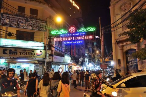Ta-Hien通り入口/ハノイナイトマーケット