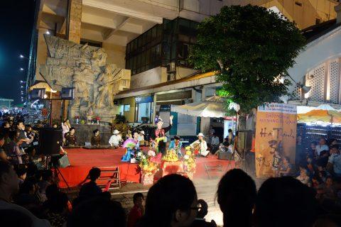 ナイトマーケットのステージ/ハノイ