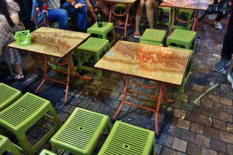 椅子とテーブル/ハノイナイトマーケット