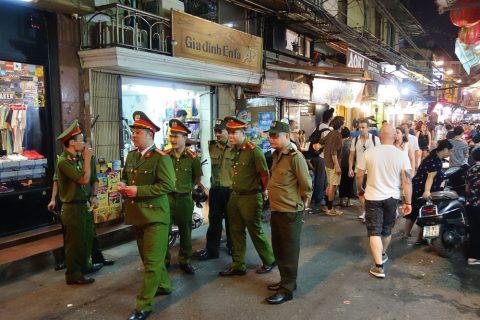 警察官たち/ハノイナイトマーケット