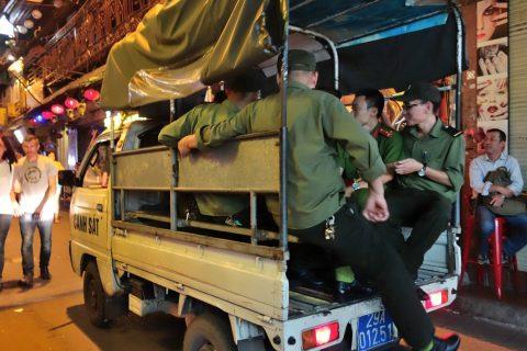 軽トラの荷台に乗るハノイ警察