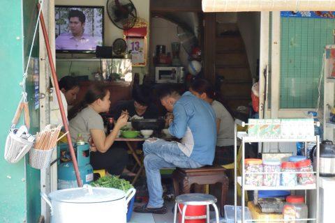 ハノイの線路沿いの飲食店