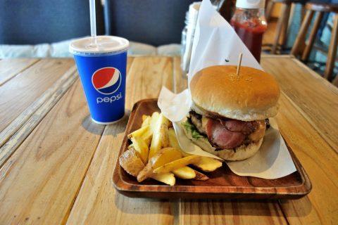 ベーコンチーズバーガーとドリンク/Lanikai-Terrace-Blue-Board-Cafe