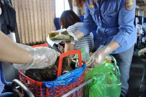 食べ物のワゴン販売/ベトナム鉄道