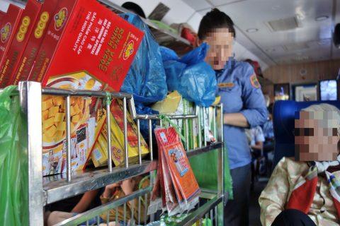 お菓子のワゴン販売/ベトナム鉄道