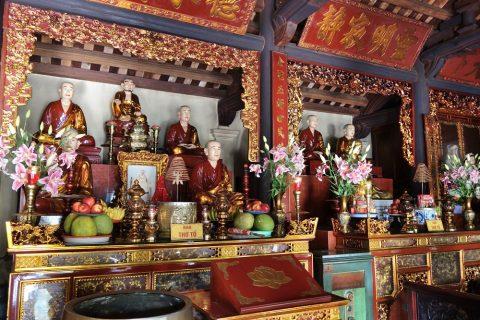 鎖国寺の仏壇/ハノイ