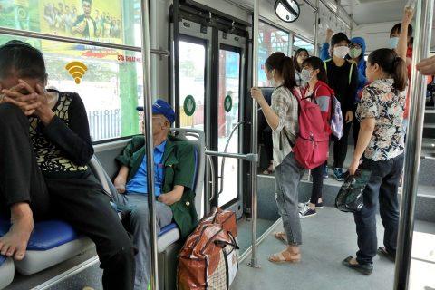 ハノイのバス降車