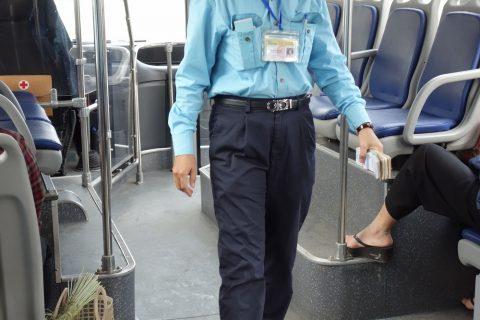 ハノイのバスの車掌