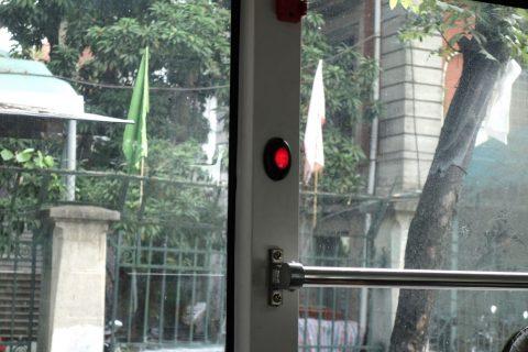 ハノイのバスの停車ボタン