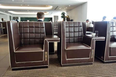 ダイヤモンドプレミアラウンジのソファ席