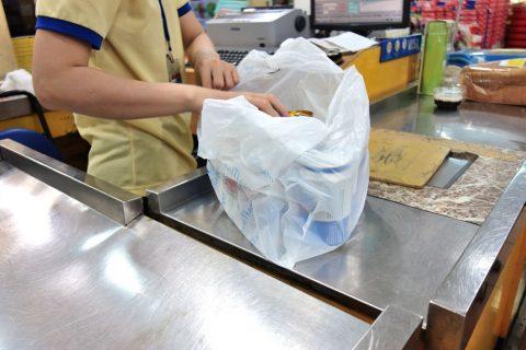 ベトナムのスーパーのレジ店員