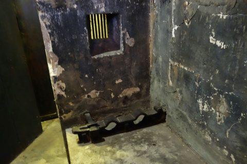 監獄の足輪/ホアロー収容所