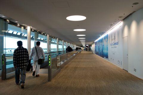 成田空港T2出発の動く歩道