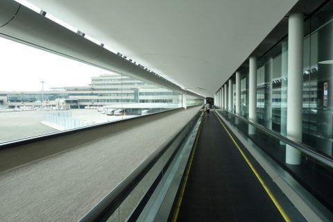 成田空港到着の動く歩道