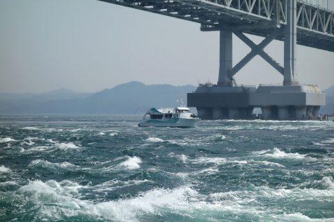 鳴門海峡の波