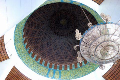 ブルーモスクの礼拝堂のドーム内側