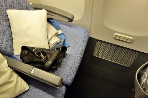 cathaypacific-777-200/足元の広い席