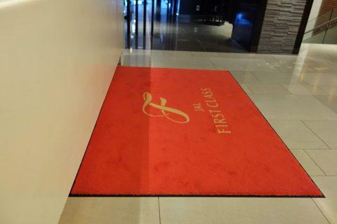 JALファーストクラスの赤絨毯