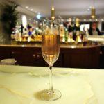 香港「ザ・ピア」ファーストクラスラウンジ/夜はステキなBarでシャンパンを!