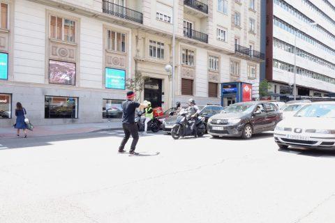 横断歩道で踊る人